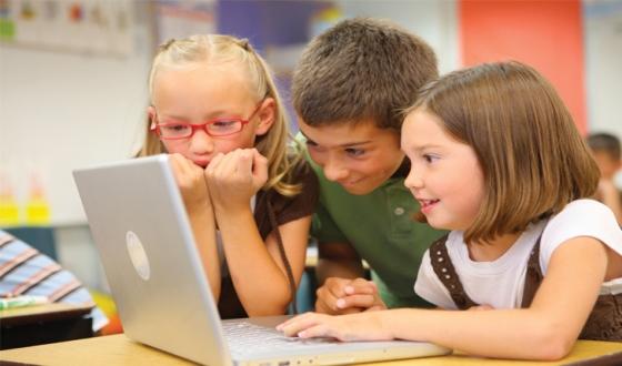 niños-frente-a-un-computador-navegando-con-wifi
